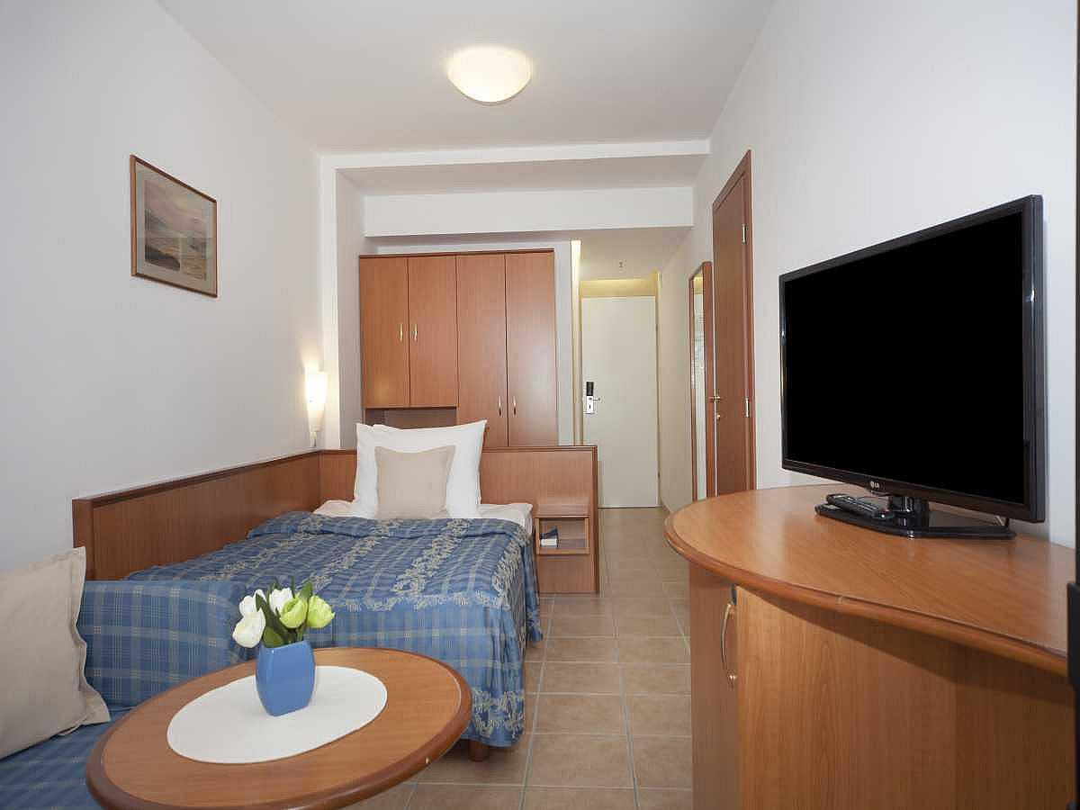 Single room sea side with halfboard