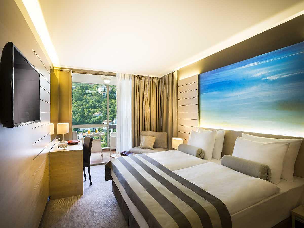 Single room superior sea side with balcony,halfboard
