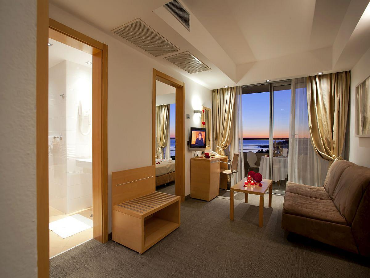 Double room Suite seaside with balcony + 2 extra beds with half board