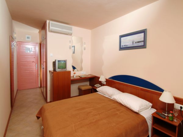 Double room sea side with balcony, air conditioning, bed and breakfast