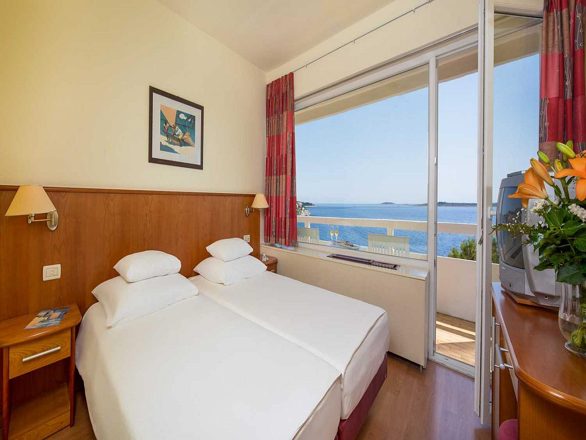 Double room with 2 help beds, sea side with balcony - family room comfort with half board