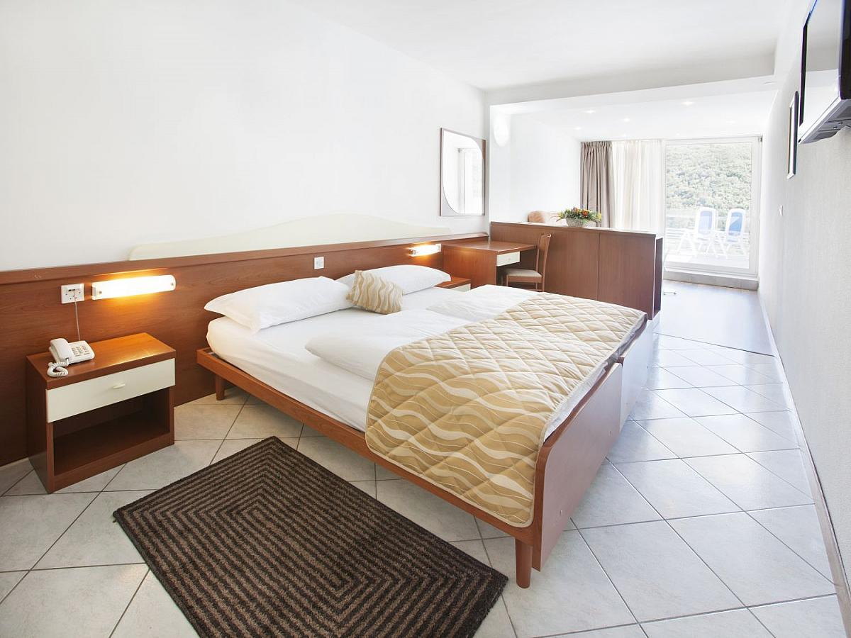 Double room superior on sea side with 2 help beds with half board