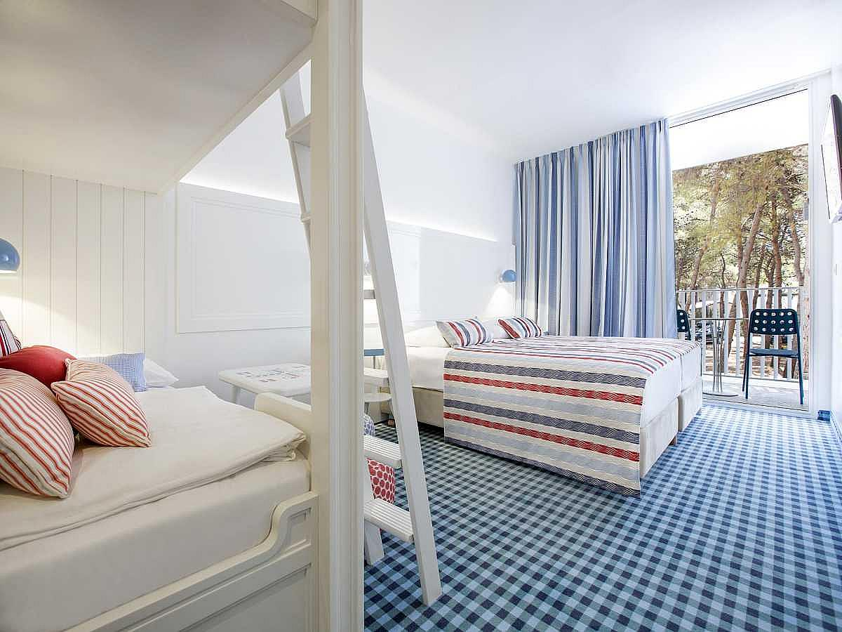 Double room with 2 help beds with french balcony and park view with halfboard